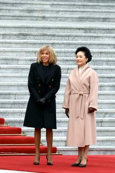 Brigitte Macron très complice avec la première dame chinoise, l'une tout en noir et l'autre en rose pale