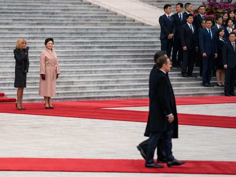 Brigitte Macron très élégante et sobre tout en noir avec la première dame chinoise le 6 novembre 2019