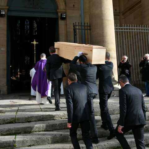 PHOTOS – Obsèques de Marie Laforêt: sa fille Lisa Azuelos, sa petite-fille Thaïs, Laurent Ruquier et ses amis réunis