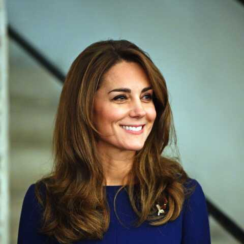 PHOTOS – Kate Middleton plus glamour que jamais: sa robe ceinturée met sa silhouette en valeur