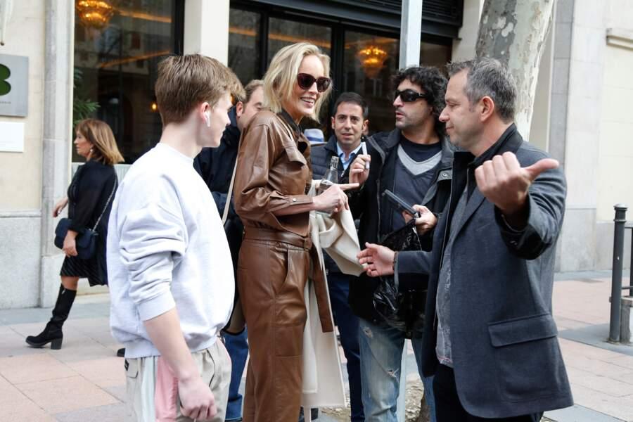 Sharon Stone et son fils Roan décontractés dans les rues de Madid, le 6 novembre