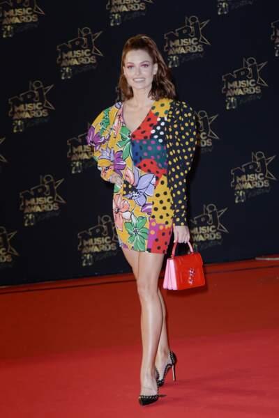 Caroline Receveur dans une petite robe sexy et flashy lors de la 20ème cérémonie des NRJ Music Awards au Palais des Festivals à Cannes.