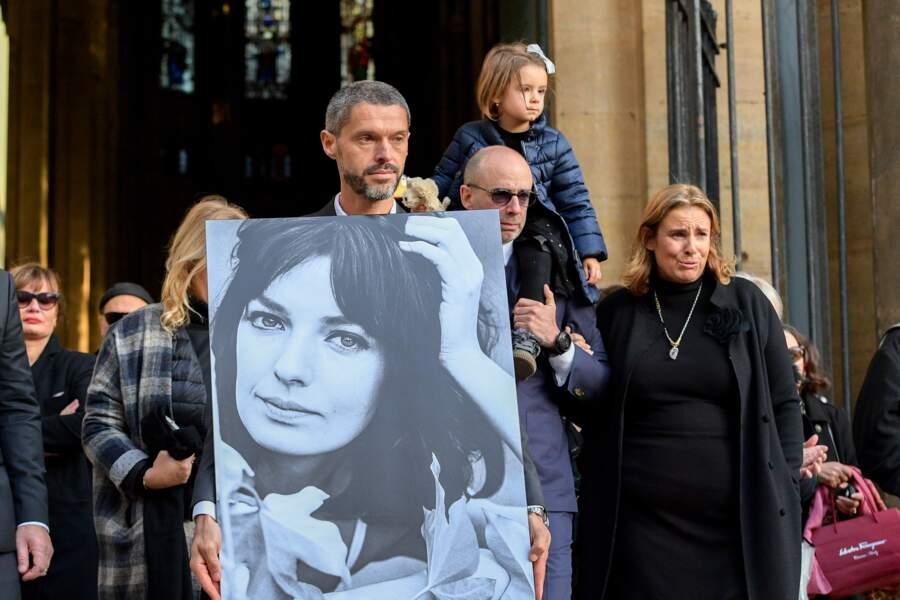 Jean-Mehdi et sa soeur Lisa Azuelos à la sortie des obsèques de Marie Laforêt
