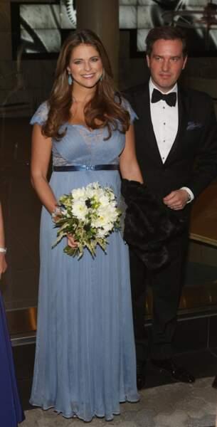 Madeleine de Suède en octobre 2013 craque sur la même robe Jenny Packham que Kate mais en version bleue.