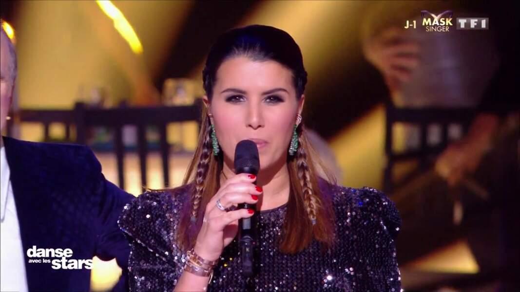 Karine Ferri portait également de jolies boucles d'oreilles pendantes vertes