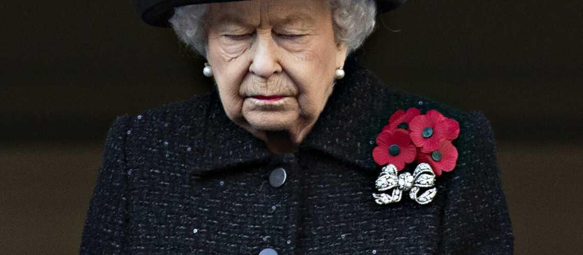 Pourquoi la reine portait-elle autant de broches sur sa robe dimanche?