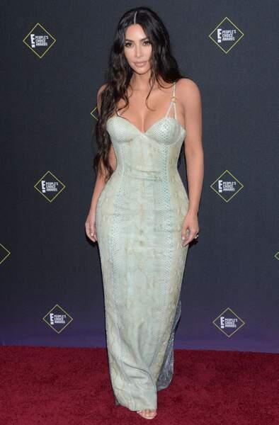 Kim Kardashian dans une robe Versace vintage aux People's Choice Awards