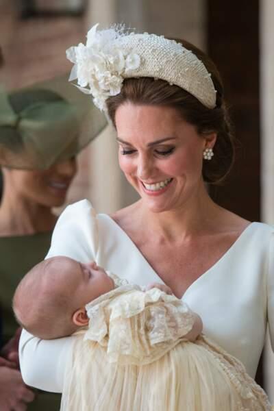 Kate Middleton lors du baptême du Prince Louis porte un magnifique serre-tête large blanc