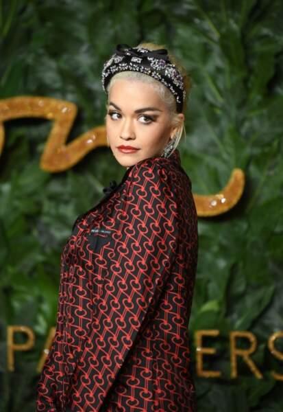 Rita Ora s'affiche souvent avec un serre-tête épais