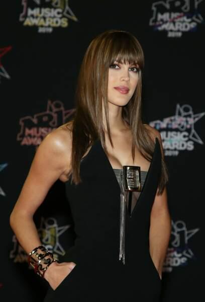 Iris Mittenaere est apparue très sexy dans une combinaison noir qui mettait en évidence sa poitrine. Elle arbore également une jolie frange pour l'occasion des NRJ Music Awards 2019.