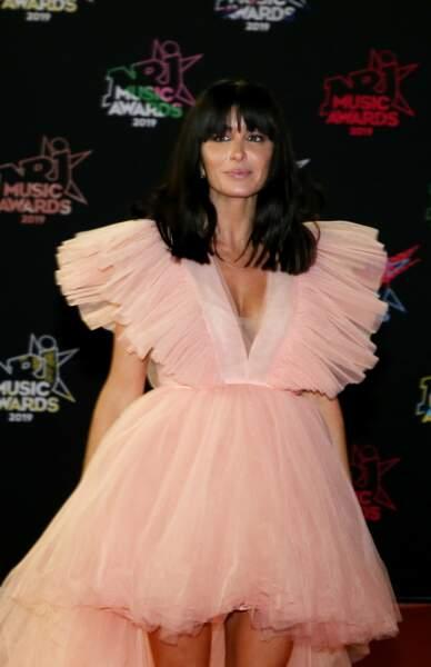 Jenifer porte la robe en tulle de la collaboration H&M et Giambattista Valli