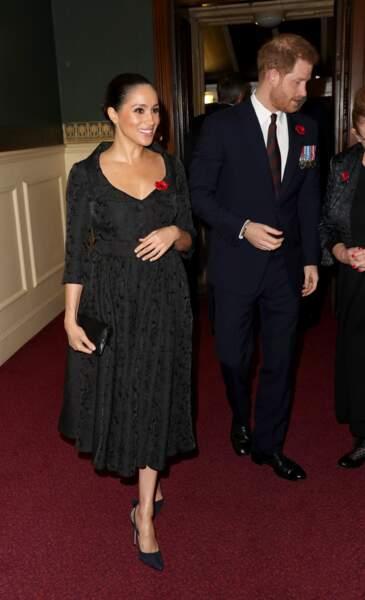 Meghan Markle accessoirise sa robe Erdem noire d'une paire d'escarpins bleu marine Aquazurra déjà portés