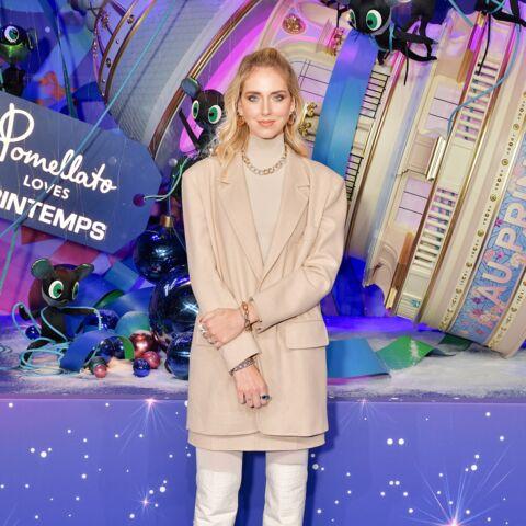 PHOTOS – Chiara Ferragni en total look beige, inaugure les vitrines de Noël à Paris