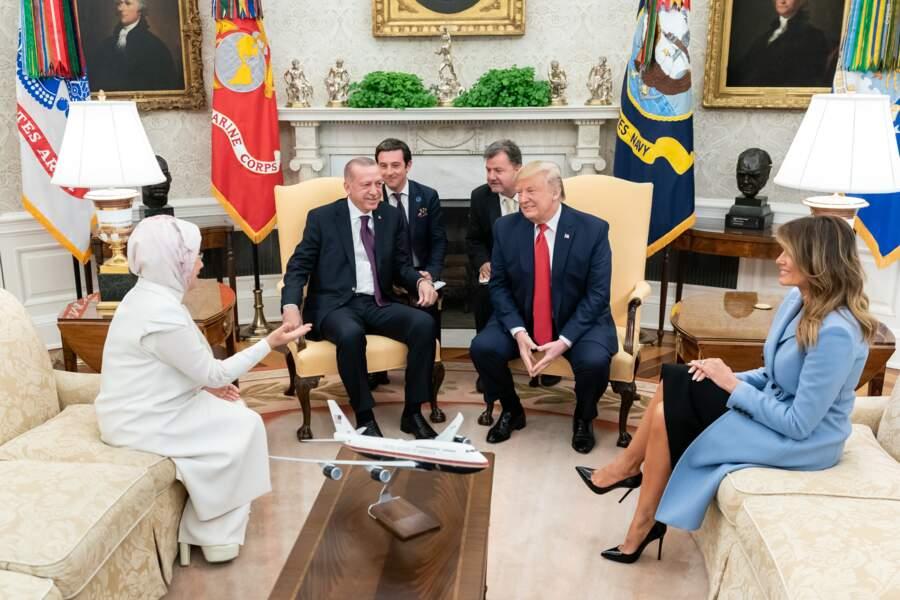 Melania Trump porte un manteau Altuzarra, la marque favorite de Meghan Markle pour rencontrer le président turc.