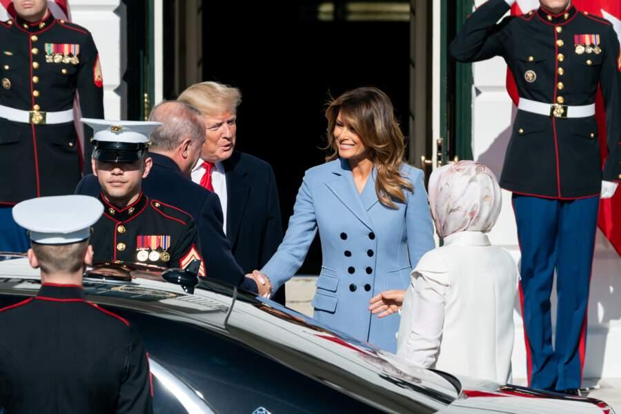 Melania Trump a fait sensation avec ce long manteau Altuzarra, le modèle Janine bleu ciel avec des boutons d'officier.