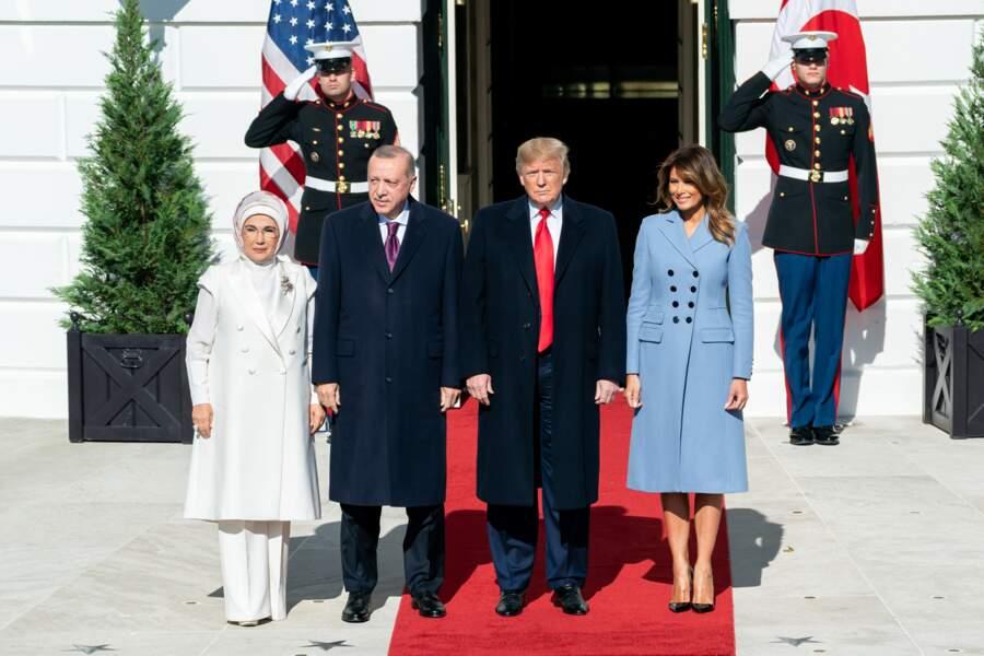 Melania Trump adore les manteaux longs comme ce modèle Altuzarra qui coûte plus de 2000 €.