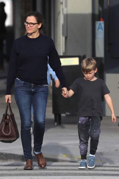La fille de Jennifer Garnier lui ressemble d'autant plus avec des lunettes.