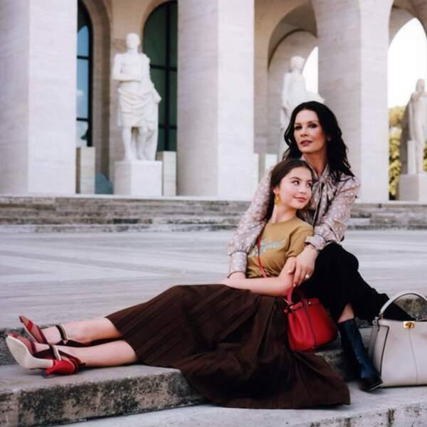 Carys Zeta Douglas, 16 ans est le sosie de sa mère, Catherine Zeta Jones et pose même avec elle.