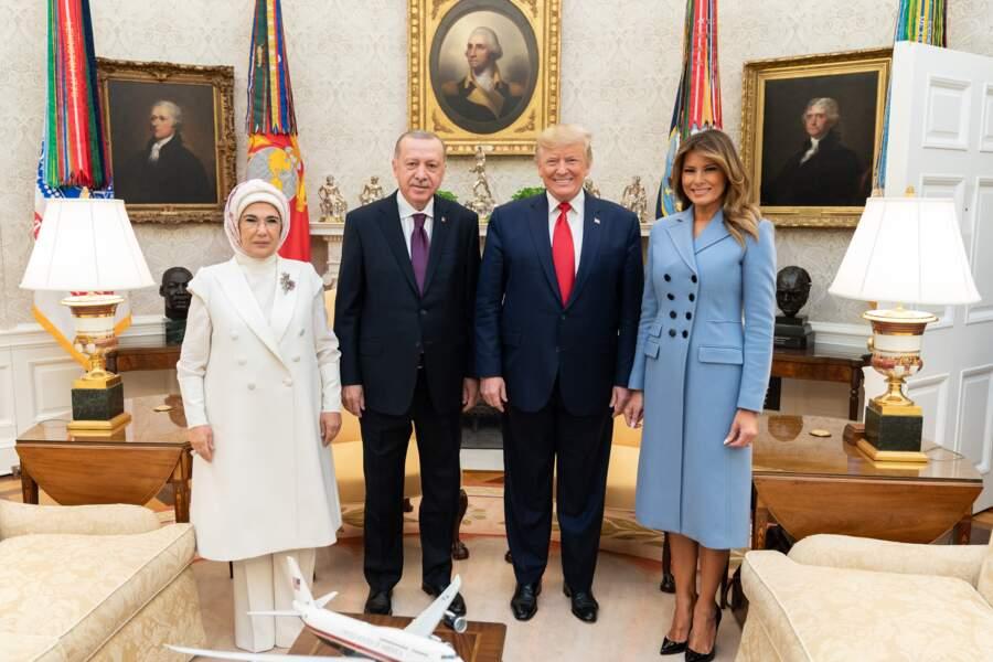 Melania Trump fait sensation avec un manteau bleu ciel de la marque américaine branchée, Altuzarra.