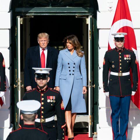 PHOTOS – Melania Trump lookée avec un manteau long Altuzarra, la marque fétiche de Meghan Markle