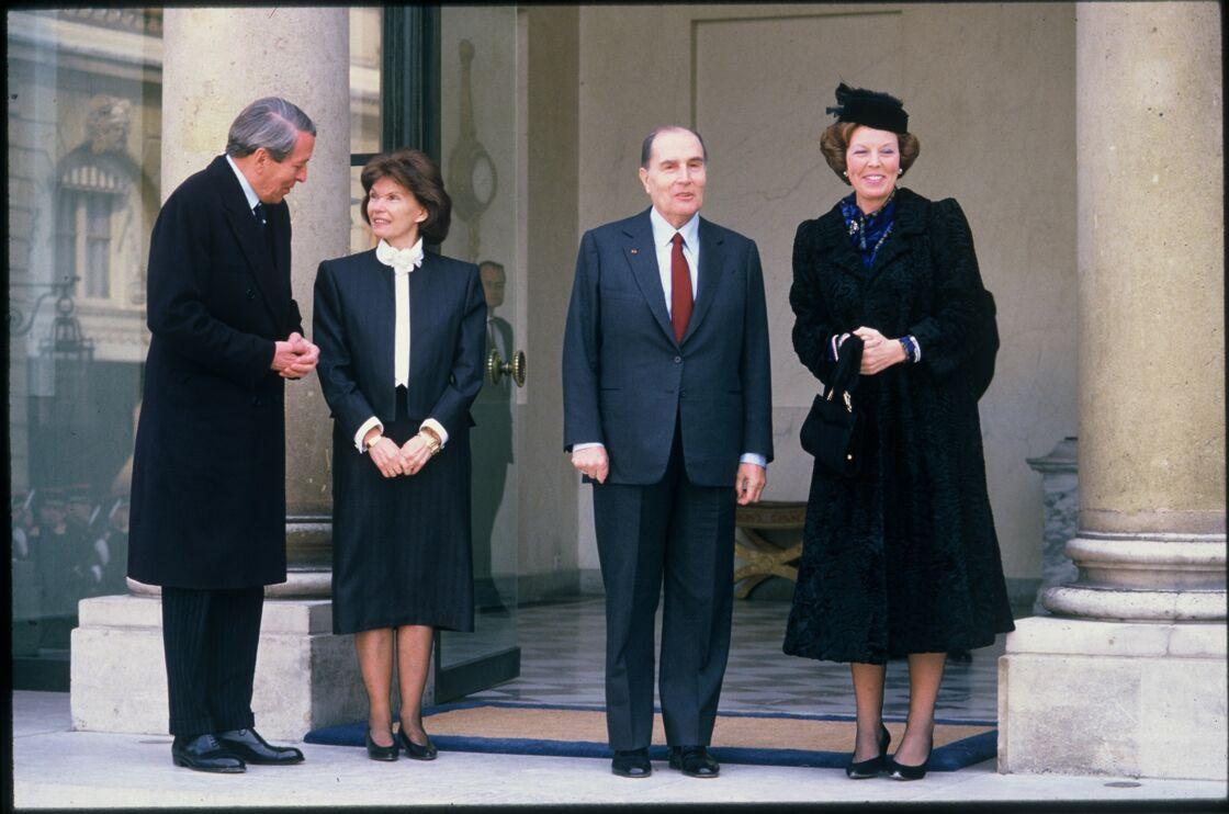 François et Danielle Mitterrand reçoivent la reine Beatrix des Pays-Bas et le prince Claus Recus à l'Élysée, en 1986