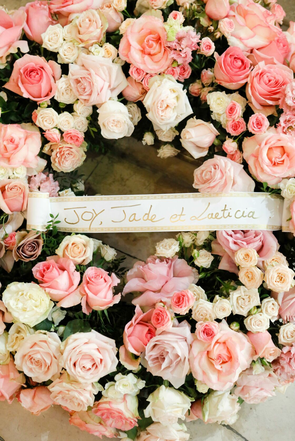 A l'église Saint-Thomas-d'Aquin, jeudi 14 novembre, une gerbe de roses signée par Laeticia, Jade et Joy Hallyday.