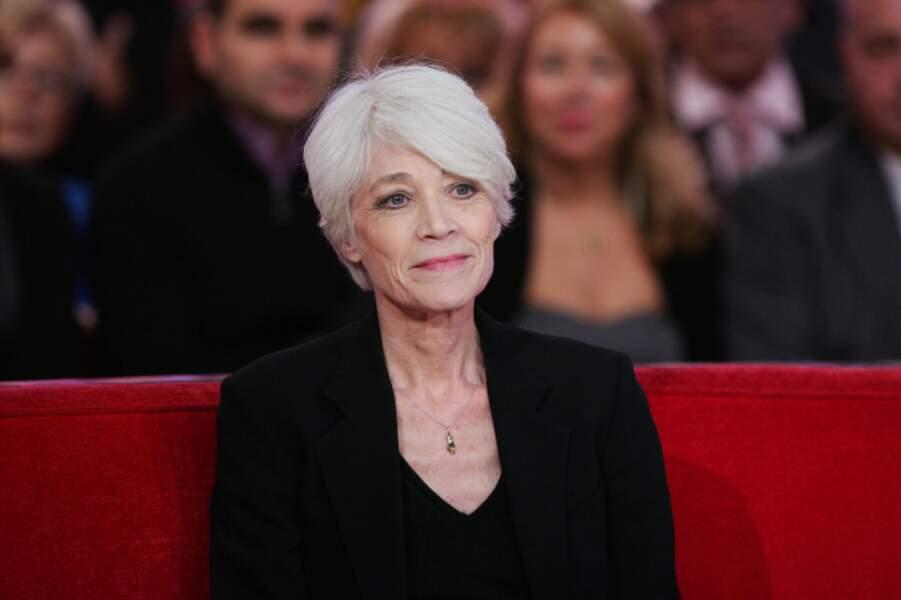 Cheveux blancs et coupe courte, le combo gagnant de Françoise Hardy.