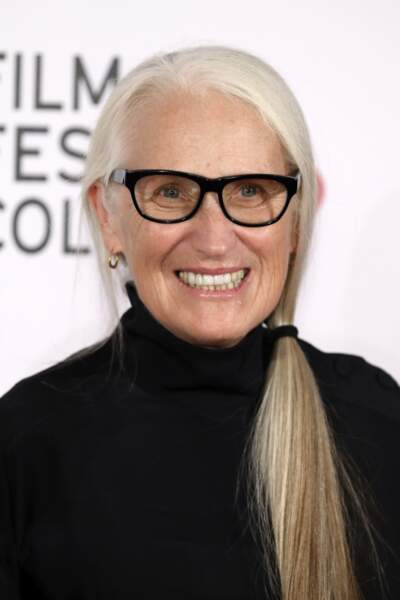 Les cheveux blancs attachés de Jane Campion.