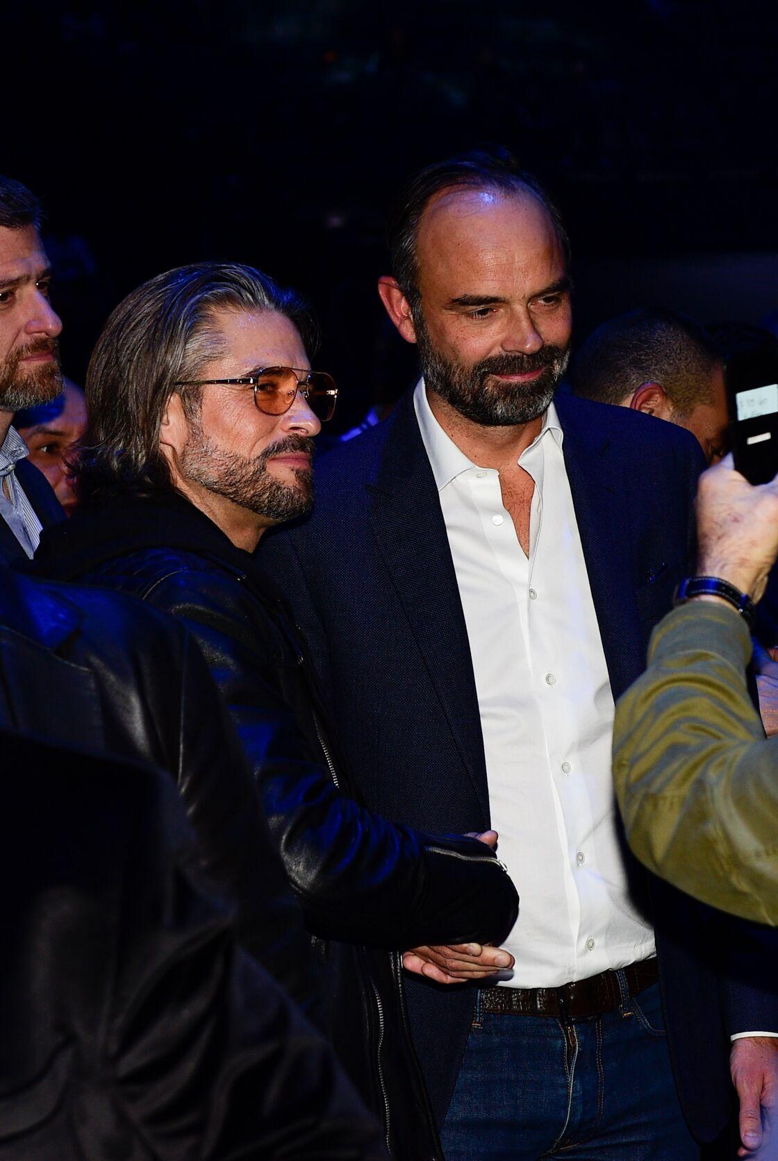 Edouard Philippe pose avec Anthony Dupray à l'AccorHotels Arena de Paris le 15 novembre 2019.