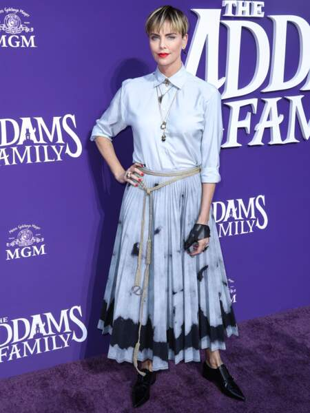 Octobre 2019 : Charlize Theron relance la coupe au bol, un look en vogue sur les podiums. Rétro et moderne à la fois, l'actrice a choisi de faire quelques mèches blondes sur cheveux châtain. Une coupe au top.