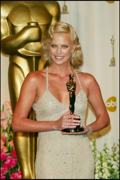2004 : Charlize Theron a opté de nouveau pour un look glamour. Une coupe, un maquillage et une robe parfaite pour aller chercher son Oscar lors de la 76 ème Cérémonie.