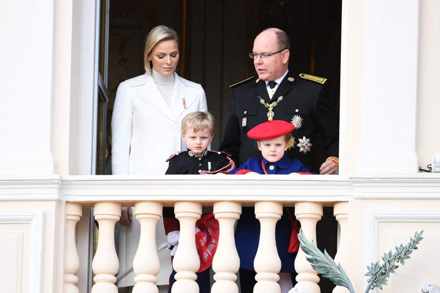 Charlene et Albert de Monaco prenant la pose avec leurs enfants, Jacques et Gabriella