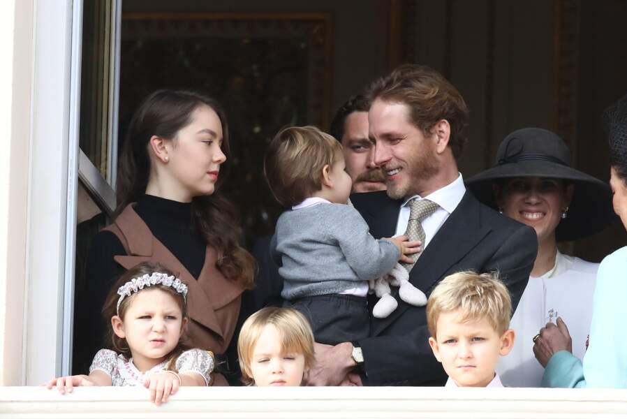 Maximilian dans les bras de son papa, et sous le regard tendre de sa tante, Alexandra de Hanovre, pendant que Indila, Stefano et Sacha sont au premier rang
