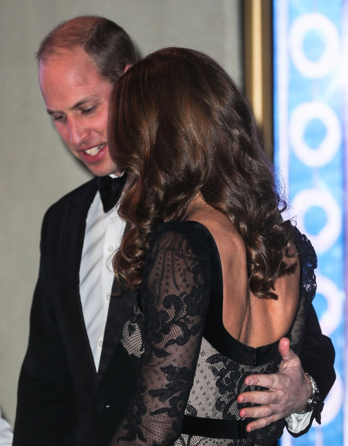 Le prince William très attentif à Kate Middleton, lors de la Royal Variety Charity, à Londres, le 18 novembre 2019..