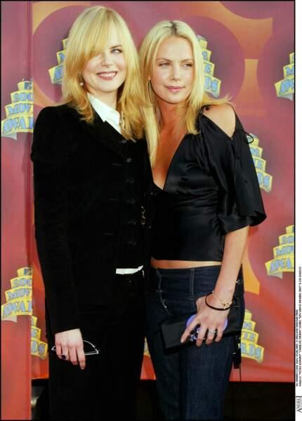 2002 : Charlize Theron a les cheveux raide le long des épaules. Elle a choisit un blond plutôt voyant.