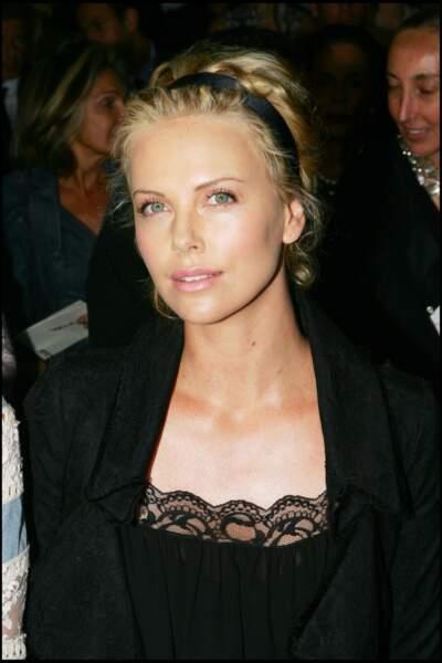 2005 : L'actrice Charlize Theron s'est rendue au défilé de Christian Dior 2005-2006, avec les cheveux relevés par un bandeau noir.