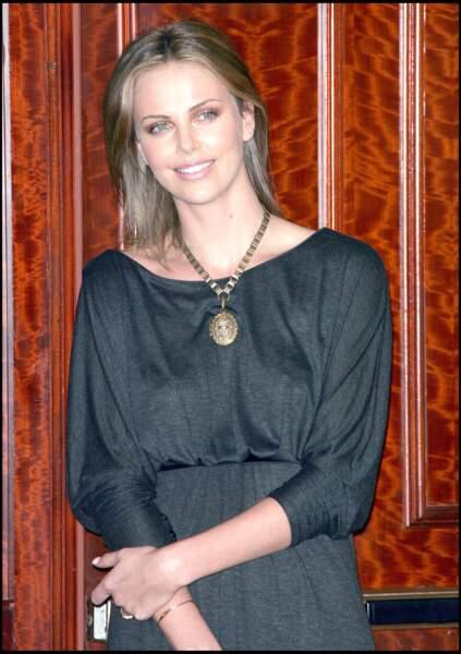 2007 : Pendant un temps, Charlize Theron était affublée d'une couleur froide. Un châtain froid qui ne mettait pas la belle actrice en valeur.