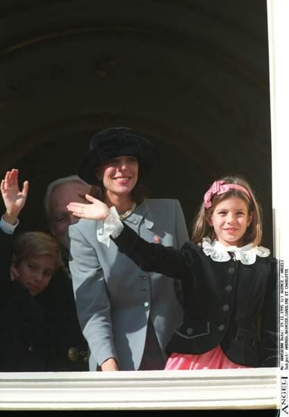 1995 : Charlotte Casiraghi et ses frères au balcon saluant la foule à l'occasion de la fête Nationale.