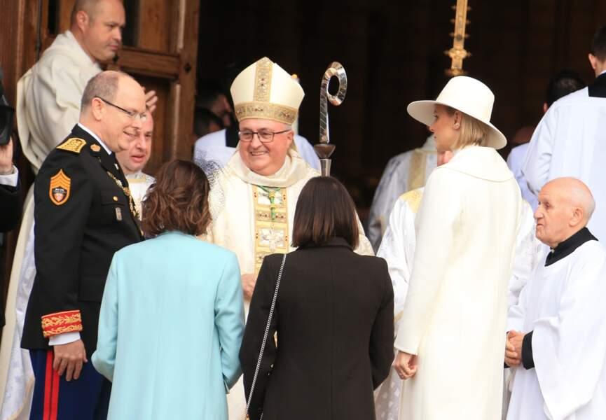 Le prince Albert entouré par ses soeurs, Caroline et Stéphanie, ainsi que par son épouse, Charlene