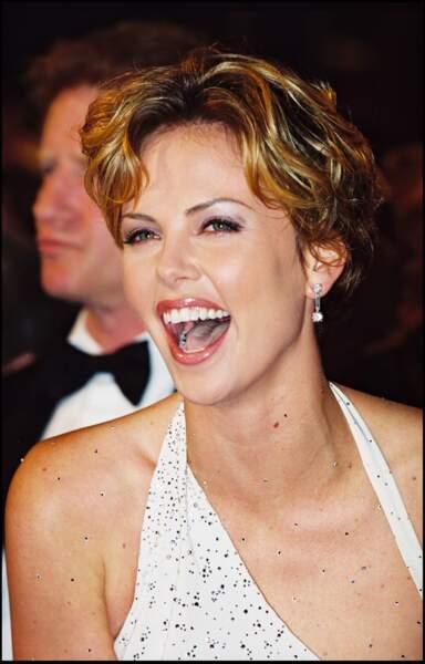 2000 : Très naturelle, Charlize Theron a les cheveux blonds ondulé et garde une coupe assez courte. Elle se trouve à Cannes.