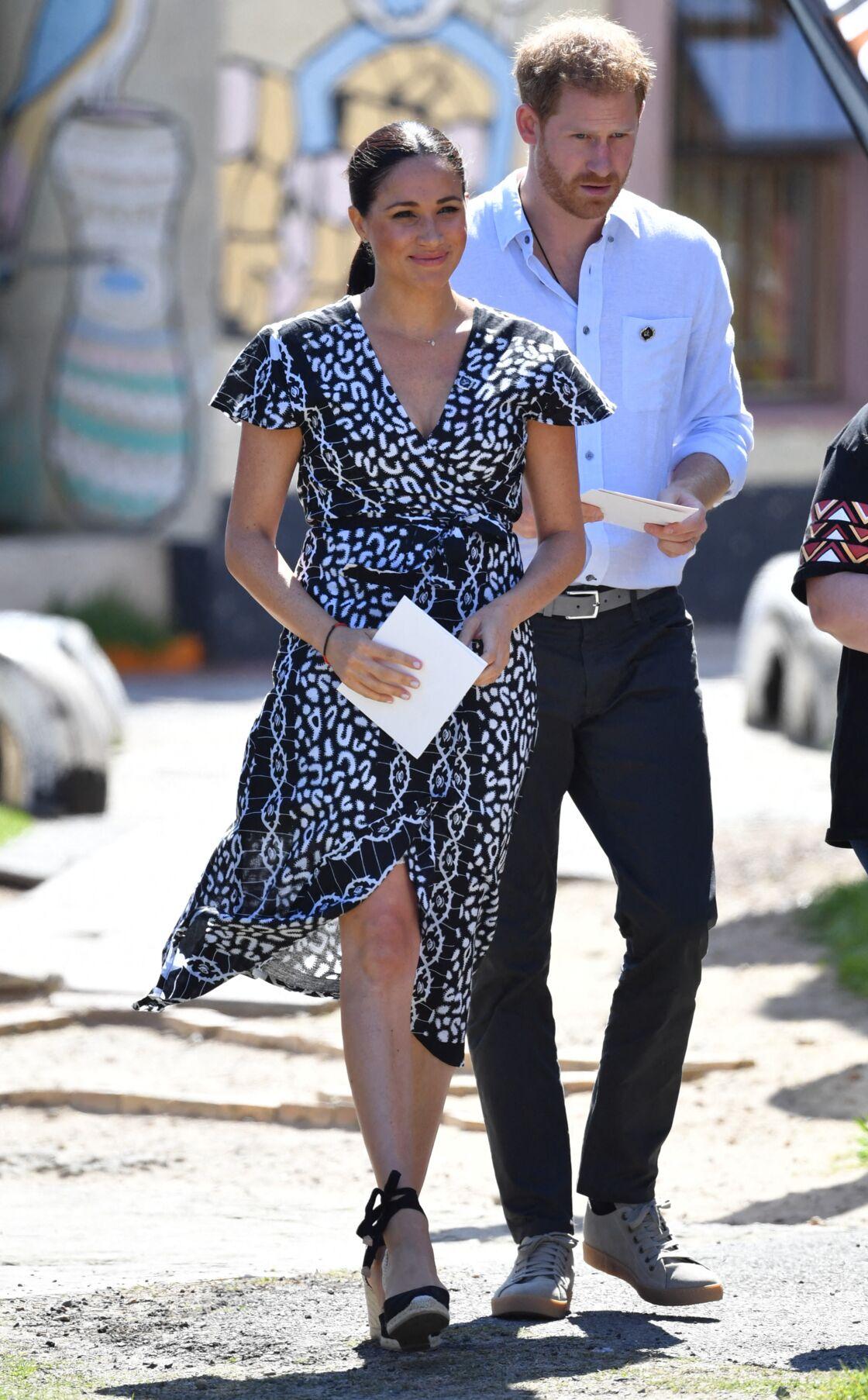 Meghan Markle et le prince Harry au Cap, en Afrique du Sud, le 23 septembre 2019. La duchesse porte une robe Mayamiko.