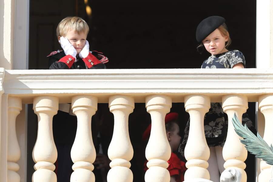 Gabriella, la fille d'Albert et Charlene a changé de chapeaux entre deux photographies prises sur le balcon du palais