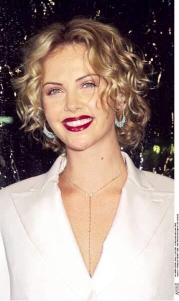 2001 : Charlize Theron plus belle encore avec une coupe glamour et bouclée. Elle a osé le rouge à lèvre pétant pour la première de 'Sweet november', et elle a eu raison.