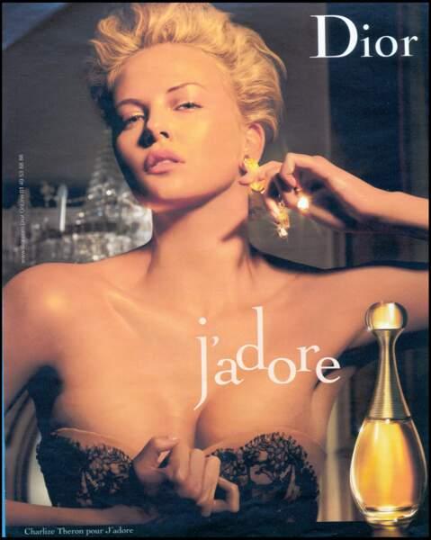 2006 : Charlize Theron devient l'égérie du parfum de Dior. Elle est coiffée d'une coupe bombée et et relevée en arrière avec une légère ondulation. Très femme fatale.
