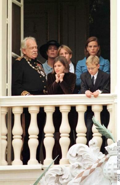 1997 : Charlotte Casiraghi adopte un nouvelle coupe pour se présenter au balcon aux côtés de Caroline et Stéphanie de Monaco et Pierre Casiraghi.