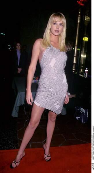 2000 : Charlize Theron opte pour les cheveux long et lisse avec une jolie frange pour assister à la première d'un film à Los Angeles.