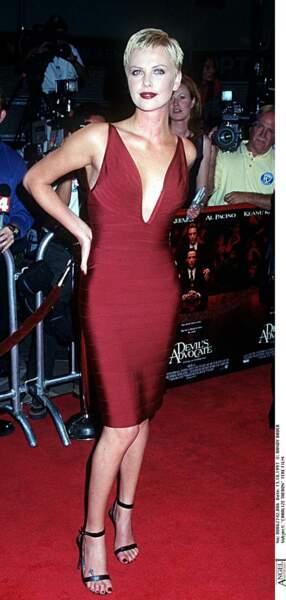 1997 : Charlize Theron est présente pour la première du film Devil's Advocate. Une coupe à la garçonne, certes mais séductrice avertie? Tout autant.