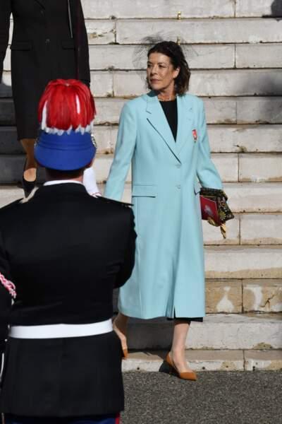 La princesse Caroline n'a rien à leur envier dans son superbe manteau long bleu