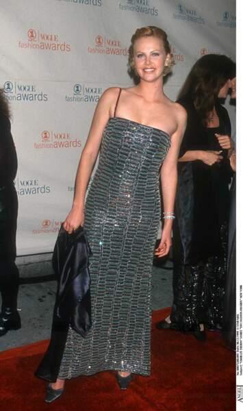 1999 : Charlize Theron a les cheveux relevés et tirés vers l'arrière. Elle se rendait au Fashion Awards.