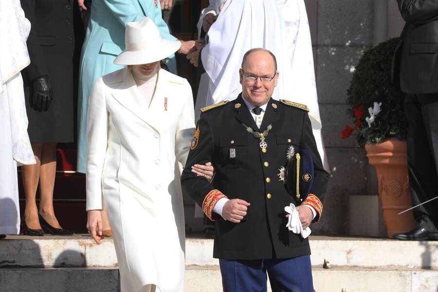 Albert II de Monaco ravit d'avoir son épouse, la princesse Charlene à son bras en sortant de la cathédrale de Monaco